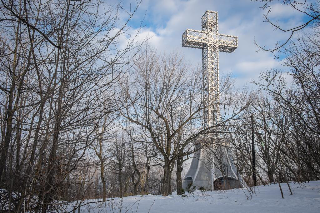 photo of the giant cross atop Mount Royal in Montreal